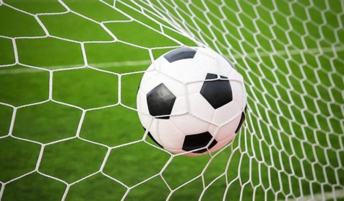 minge de fotbal in poarta