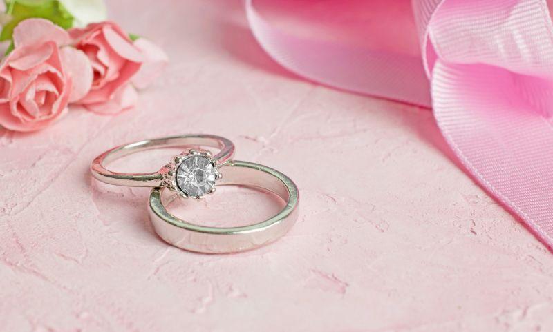 cum se curatara bijuteriile din argint cu pietre pretioase
